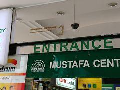 入口にはエントランス番号が書かれて目的によって建物が違います。ここ(たしか薬とかのコーナーだったと思う)から入って突き抜けたら目的の売り場