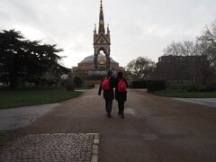 アルバート公記念碑と良い雰囲気のカップル。