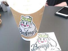 Benny'sというとこのバナナシェイク。ピンクのメスゴリラ『ベニーちゃん』がポイント。甘くて美味。