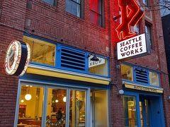 2月7日(金)  シアトル2日目の朝ごはんは、ホテルのお向かいに立地する「シアトル コーヒー ワークス」へ。 看板のネオンが目をひきます。