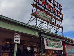 スターバックス1号店のお向かいにある「Pike Place Market」へ。 しかしまぁ、今回滞在したホテルは、本当にすばらしい立地ヽ(´▽`)/ シアトルの主な観光地に徒歩圏内なんだもん。
