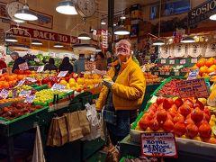 果物屋さん。 「SOSIO'S」というお店です。 リンゴやプラムを試食させてくれたおねえさん。 SNS掲載の許可もいただきました。 プラムがとても美味しくて、買っちゃいましたヽ(´▽`)/