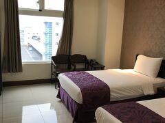 ジンジャンコマーシャルホテル  安かったシングルベッド2つのツインから、シングルとダブルの3人部屋にアップグレードしてくれました。