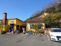 少し車を走らせてイタリアンレストラン「トリトン」へ。 今回は時間の都合で併設されているパン屋さんでお昼ご飯を買いました。