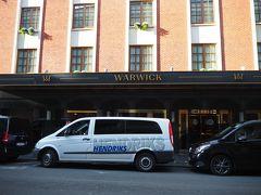 赤い出入口から歩いて2分、走れば1分。この日から3泊するワーウィック・ブリュッセル・グラン・プラス。ブリュッセルのホテルでランキング2位という高評価のホテル。