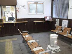 9日朝、磐梯町駅で送迎バスを待ちます 思いのほか暖房があってうれしい