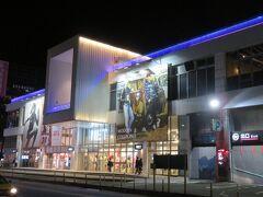基隆駅近くのモール「和平廣場」。  レストランやファーストフード、洋服屋など様々なお店が揃っています。  台湾に行くと必ず買っているNETのフラグシップ店で洋服を買いました。