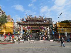 龍山寺。  このあたりは治安が、と言われていて、西門まではよく来ていたのに、訪れたことがなかったんですよね。