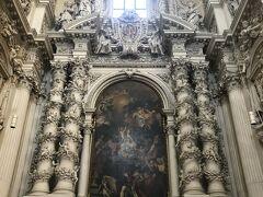 この教会の入り口のドアがわからなくて迷いましたが、この内部すごい感動します。豪華です。