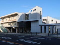 塩屋(しおや)駅    該駅は、明治29年(1896年)7月1日開業である。 但し、開業当時は仮停車場として設置され、正式停車場となったのは、山陽鐵道政府買収日たる明治39年(1906年)12月1日である。 該駅は、元来貨物業務取扱量が僅少であり、早くも大東亜戦争中たる昭和18年(1943年)10月1日附で廃止された。 現駅本屋は複々線化工事と一体化して、昭和38年(1963年)9月に竣工した、第2代駅本屋で、同時に橋上化した。 https://www.jr-odekake.net/eki/timetable.php?id=0610605
