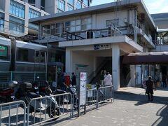 舞子(まいこ)駅    該駅は、明治29年(1896年)7月1日開業である。 但し、該駅開業当時は、舞子公園(まいここうえん)仮停車場と称し、主に海水浴客輸送の為に設置された。 その後、明治32年(1899年)4月1日附で現駅名たる舞子Ⅱに改称されたが仮停車場扱は継続し、明治39年(1906年)12月1日附で山陽鐵道政府買収時に改めて正式停車場に格上された。 現駅本屋は複々線化工事と一体化して、昭和39年(1964年)7月に竣工した第2代駅本屋で同時に橋上化された。 https://www.jr-odekake.net/eki/top.php?id=0610607