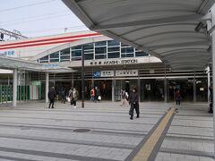 明石(あかし)駅    該駅は、明治21年(1888年)11月1日開業である。 但し、該駅開設当時は、現駅より神戸方200m位置に設置された。 該駅開業当時は駅本屋建築が間合わず、已む無く、仮建築で営業を行った。 初代該駅裏手たる、現在の神戸大学付属小学校付近は客車検車場が存在し、此の為に昭和初期まで東京発明石行、明石発青森行、上野発直江津経由明石行列車が存在した。 南口 https://www.jr-odekake.net/eki/top.php?id=0610608