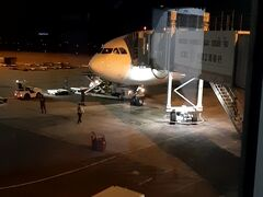 PM8時。ラオス・ビエンチャンのワッタイ国際空港に無事到着。  タイとの時差はありません。