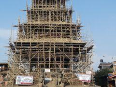 ニャタポラ寺院は改修中でした。