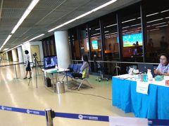定刻19:55、ドンムアン空港に到着です。 入国前にサーモグラフィーで、発熱のチェックがありました。