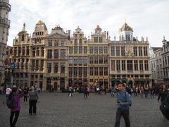 そしていよいよ世界遺産グラン・プラスへ。 世界で最も美しい広場(ヴィクトル・ユーゴー談)と称された110m×70mの広場で、ギルドハウス(中世ヨーロッパの商工業者の団体が建てた建物)に囲まれています。  写真は広場西側の建物群で、右から左へ番地が割り振られています。それぞれに軒名や用途があるのですが、一つ一つ書いていっても、細かすぎて伝わらないので止めておきます。
