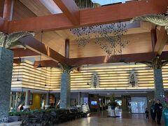 パトンでの宿泊先/Novotel Phuket Vintage Park Resort (ノボテル プーケット ビンテージ パーク リゾート) 【チェックイン日】  2020/02/08(土) 【チェックアウト日】 2020/02/11(火) 【宿泊費/3泊朝食付】 45,600 【支払方法】     事前払い 【部屋タイプ】          スーペリアのツイン  エントランスに無事に到着♪ 吹き抜けの気持ち良いロビーです。  レセプション・フロントは右側