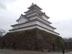 そしてこれが、鶴ヶ城の本丸! 見るからに立派な構えだよネ。 幕末時代の瓦(赤瓦)をまとった日本唯一の天守閣だヨ。  伊達政宗、蒲生氏郷、そして上杉謙信といった、 有名どころもふくめ多くの武将たちが治めた、 そうそうたる歴史を持っているヨ。