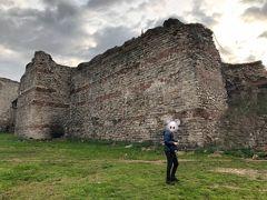 テオドシウスの城壁に着きました。  5世紀に建造され、コンスタンティノープルを難攻不落たらしめた城壁です。オスマントルコによって街が陥落した際にも城壁自体は破られなかったとされています。  高さ約12M、厚さ5M。 これはそうそう破れるものではありません。