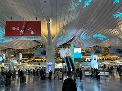 週末金曜の深夜の国際線ターミナルは賑やかです。 新型コロナウイルス騒ぎなどどこえへやら…。