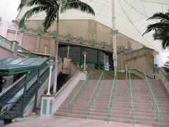 ワード・ビレッジの映画館  アラモアナショッピングセンターに映画館はなく、約10分のところにあります。地元の映画館という印象でしたが入りませんでした。