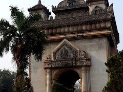 ラオス版の凱旋門。パトゥーサイです。