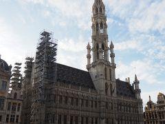 そして、高くそびえ立つベルギー市庁舎。1階には観光案内所。 これで一応グラン・プラスに面している建物は全部写したかな。