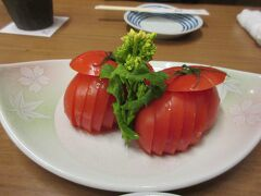 博多 とんぼ で夕食をとりました。  お通じは1人400円。  フルーツトマト 600円 です。 甘くておいしい。