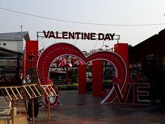 ビエンチャンの中心にある「ナンプ広場」に到着。  バレンタインデーの装いになってました。