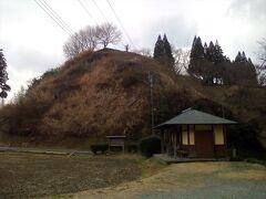 田中城のあった丘の麓に到着。