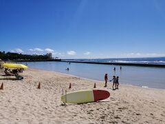 ホテルに戻ってきて、朝早かったので少しうたた寝~~そうだハワイに来てワイキキビーチで泳がないと・・・限りある時間で可能な限り楽しみたい我々!寝るのも惜しんで(笑)昼前に急いで水着に着替えてビーチに!日焼け止めを塗るの忘れた^_^; でもまだまだハワイを満喫したいので1時間ほどビーチを楽しみました~昼食を美味しく食べるには、少し運動しないと~笑笑