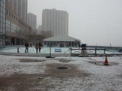 雪の中アイススケートをしている人たち この後、昼食してみてみるとあまりもの雪で滑っている人はいなくなっていた。
