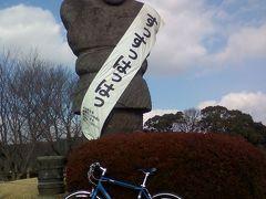 道路を渡って江田船山古墳公園へ移動。公園内に立つ石人も金栗仕様。