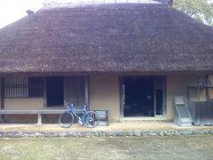 旧境家住宅(国指定文化財)1830年建造。前から見ると一つの大屋根に見えるが、