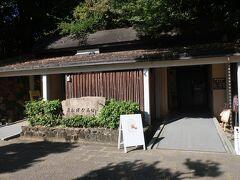 高松塚壁画館。国宝である高松塚古墳壁画、四神や人物群像の模写模型が展示されています。