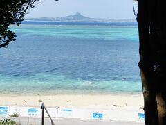 本部半島の先端、備瀬岬へ 凄い海色 正面は伊江島