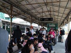 台南駅です。 土曜日だからかかなりの混雑です。