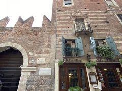 ロミオの家。こちらは人気がないようで、閑散としていました。  一階はレストランになっていて、ロバや馬の料理が食べられるとガイドブックにありました。