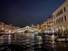 夜のリアルト橋。  ホテルはリアルト橋とサンマルコ広場の中間という便利な立地。スーツケースをゴロゴロ転がして向かいます。