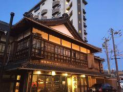 泊まったホテルの隣にあった純日本風ホテル「麻野館 」。 後の建物が「キャッスルイン伊勢夫婦岩」です。
