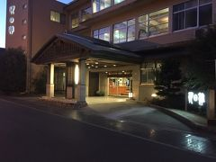 しばらく行くと「朝日館」。大きい旅館でした。