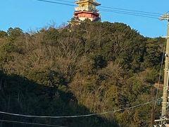 ホテル最寄りの二見出口で高速を降りました。 山上にはお城? 「ともいきの国 伊勢忍者キングダム」 という娯楽施設のようです。
