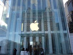 Apple Store Fifth Avenue。セントラルパークのすぐ南、そして高級店の建ち並ぶ五番街のApple Storeです。