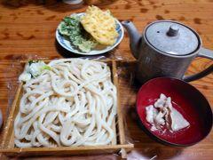 私オーダーの品。もりうどん(大)500円、肉汁50円、天ぷら70円。 (※天ぷらは1つは家族のです。) 麺は冷。ポットの中に温かい付けつゆが入っています。