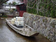 市役所の近くには、かつての高瀬川の様子を復元した場所が。  お酒の菰樽を積んだ舟も再現されていて、いい感じですね。
