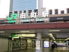 田町駅西口。喫煙エリアで一服です。屋外なのに電子タバコと普通タバコがエリア区分されていました。屋内なら、手前が電子で奥が普通と言われれば、例えば、大阪なんばなどにもありますので意味は分かりますけど。
