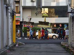 朝食後、ホテルに戻ってくると遭遇。  実は、昨夜全く寝れませんでした。 理由は、タイプーサム(Thaipusam)。 ヒンドゥー教の寺院へ、深夜から人々が騒ぎながら向います。日本で言う御神輿を担いで町を回るみたいなものでしょうか。大きな違いは、1人が重そうなものを担いだいるというとこ。 50分に1回くらい団体が夜通し通り騒音…  まっ、ある意味、文化を味わえたのでラッキー…