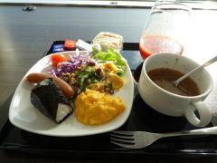 1日目 成田のANAラウンジで軽く朝食を食べました。 フードメニューはもちろんですが、リンツのチョコが美味しくて、いつもいっぱい食べてしまいます(;^ω^)