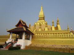 ラオスの象徴タートルアンThat Luang  タートルアン(That Luang)はラオス仏教の最高の寺院で、ラオスの象徴とも言える。伝承では3世紀頃インドからの使いの一行がブッダの胸骨を納めるためにタートルアンを建立したと伝えられるが、定かではない。その後、1566年にセーターティラート王(King Setthathirat)により、四方を四つの寺院に囲まれる形で再建されたが、現在は北と南の寺院が残るのみである。北の寺院、ワットタートルアンヌアはラオス仏教界最高位の僧侶の住まいである。1828年にシャムの侵攻により損傷を受けたが、1936年に改修されて現在に至る。