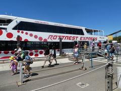 ロットネスト島に到着しました! 島には公共交通機関が無いのでレンタサイクルかツアーバスを利用します。 私たちはレンタサイクルで島を回ります。